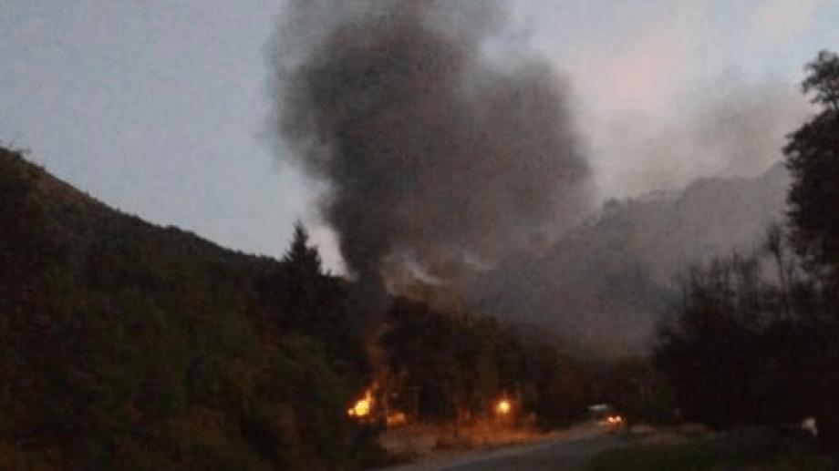 Bomberos de la Policía Federal controlaron este jueves el fuego que dañó algunas cabañas en Villa Mascardi. (foto gentileza)