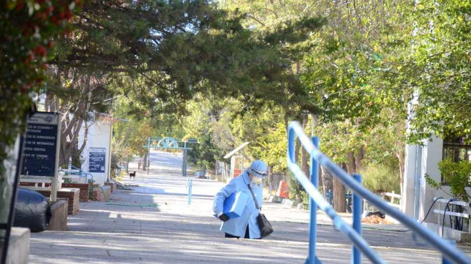 La sede de Neuquén de la Universidad Nacional del Comahue sin su habitual tránsito de gente. (Foto: Yamil Regules)