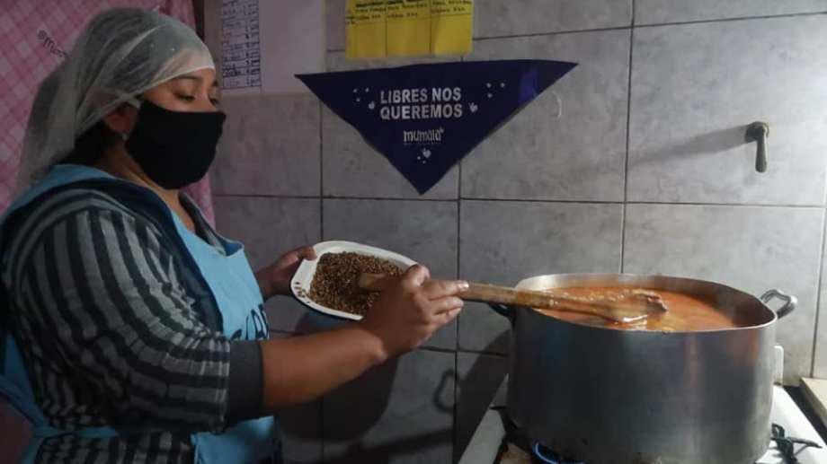 Alimentación, educación, vestimenta, materiales... todo lo que se aporta sirve para que la situación se haga un poco más sostenible en los barrios populares. (Foto: Mumalá Neuquén)