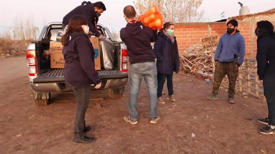 """Los scouts acercaron la mercadería a los merenderos """"Los chavitos"""" y """"Los abuelos"""". Foto: gentileza.-"""