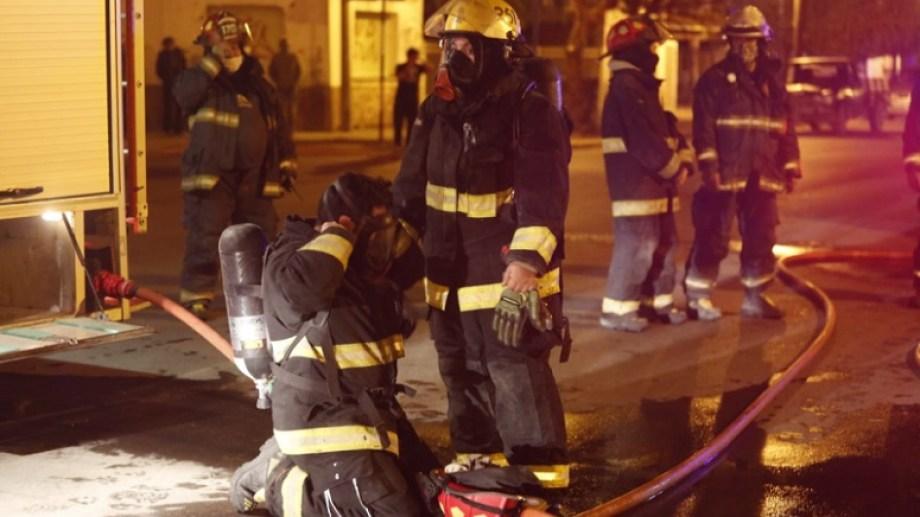 La labor de los bomberos en uno de los siniestros en Roca. Foto Juan Thomes.