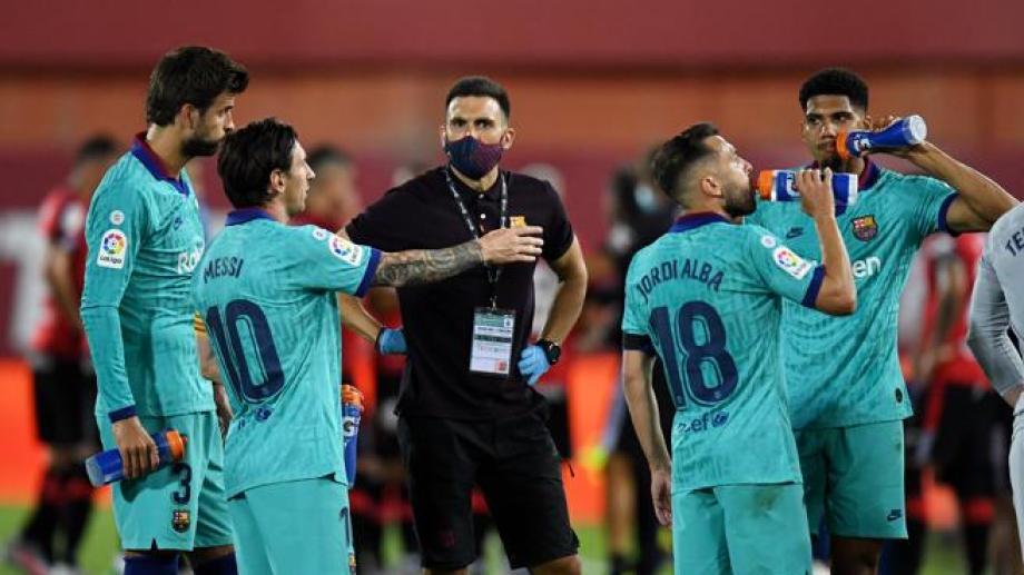 La relación de Messi con el ayudante de Setién, Eder Sarabia (con barbijo), no pasa por su mejor momento.