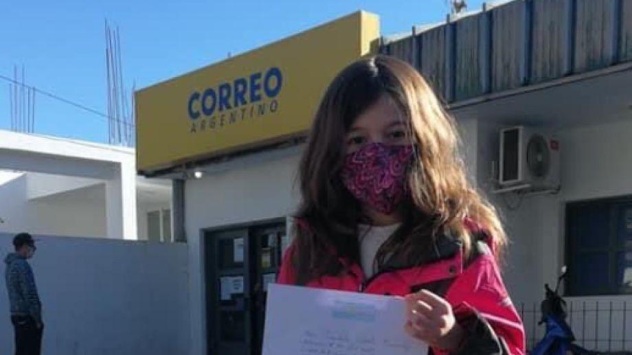 Celina, el día que fue a entregar su carta. (Gentileza).-