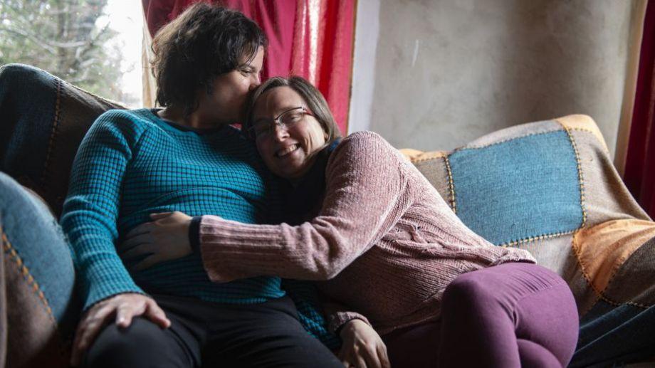Laura Kropff es docente de la Universidad de Río Negro, y junto a su pareja Belén Echeverri, esperan  su primer hijo. Foto Télam.