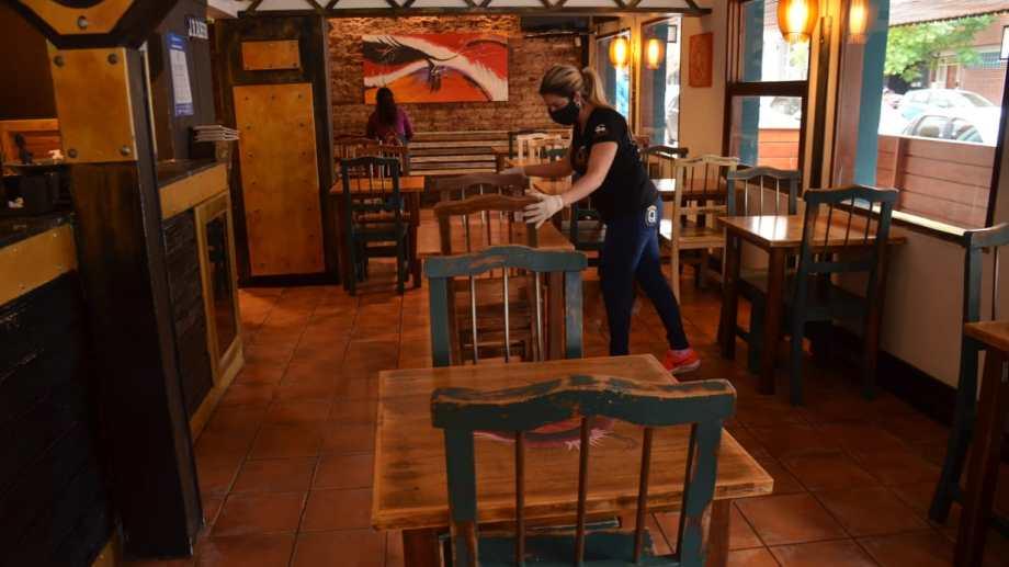 En los restaurantes y bares los comensales se sentarán cruzados