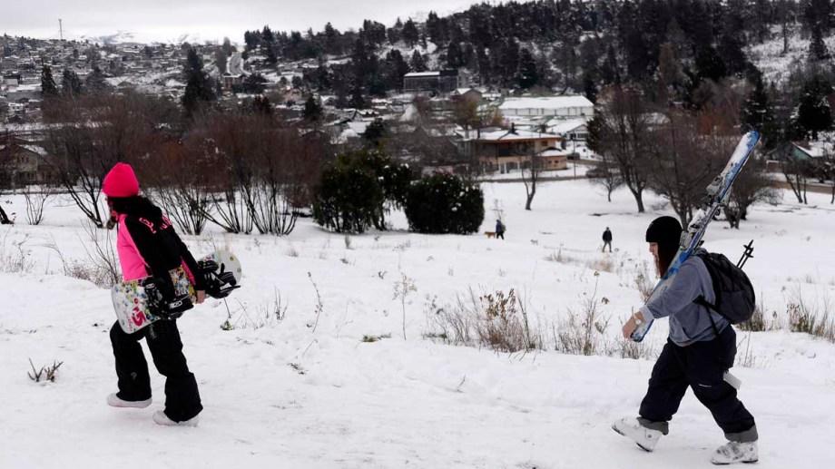 Niños, jóvenes y adultos de Bariloche sacaron las tablas de esquí y snowboard para disfrutar de la nieve cerca de casa. Foto: Alfredo Leiva