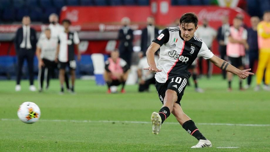 Paulo Dybala falló su disparo, el primero para la Juventus de la serie de penales que definió el título para Napoli.