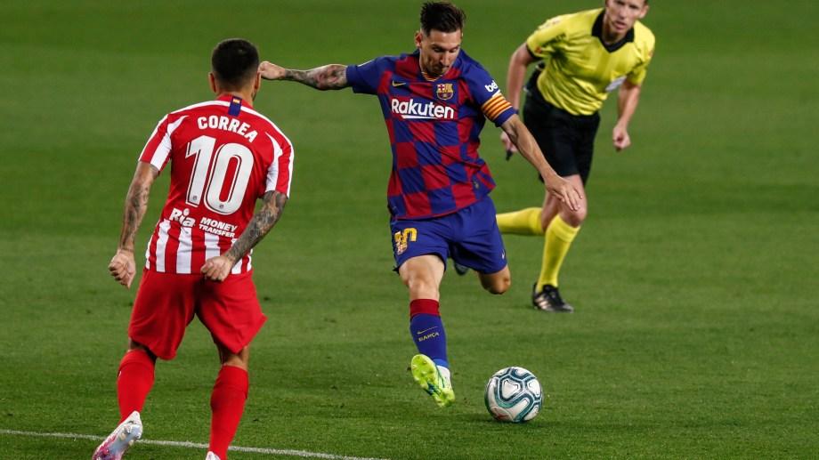 Messi, con nuevo look, remata ante la presencia de Ángel Correa. (AP Photo/Joan Monfort)