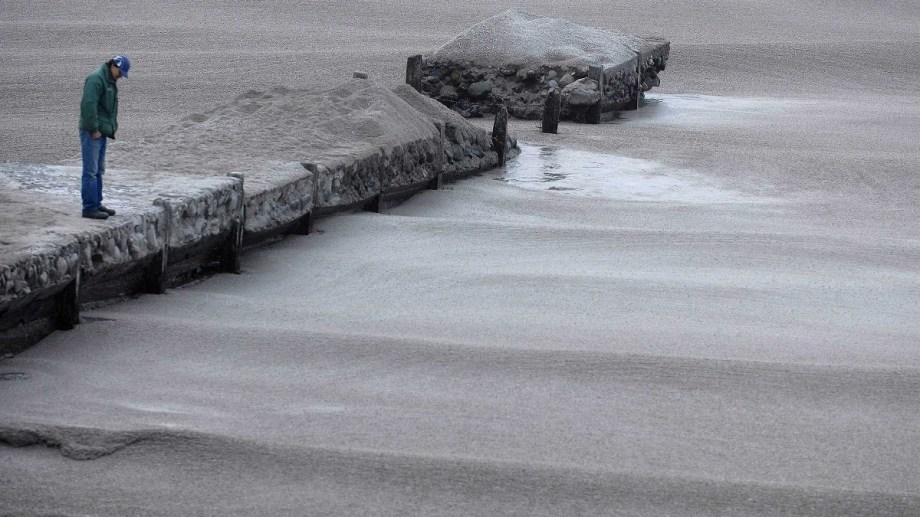 Las cenizas volcánicas cubrieron el lago Nahuel huapi en la costa de Bariloche el 4 de junio de 2011. Archivo Chino Leiva