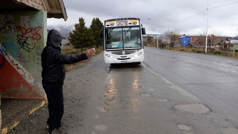 La espera de un colectivo en los barrios de Bariloche, ante la quita de frecuencias, supera la hora para muchos pasajeros. Foto: Alfredo Leiva