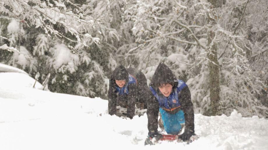 Sonrisas en la nevada de ayer en San Martín de los Andes. Foto: Patricio Rodríguez