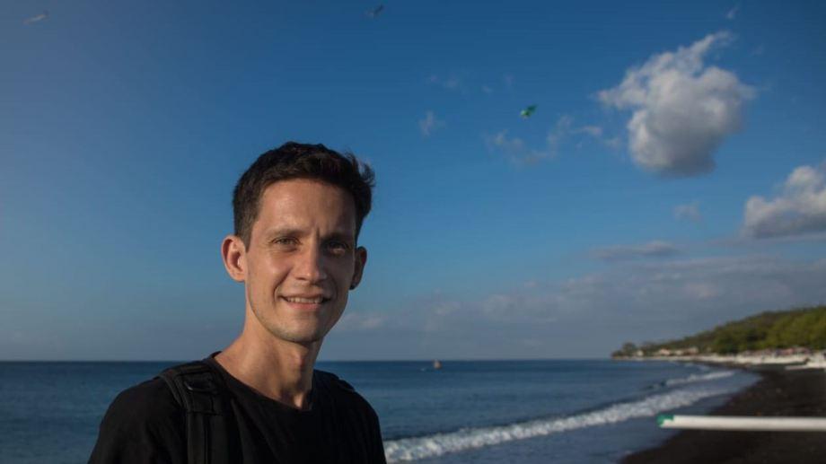 Gastón Fournier en la Amed, pueblito de pescadores, campesinos y buceadores en Bali. Lleva 100 días en la isla del sudeste asiático.