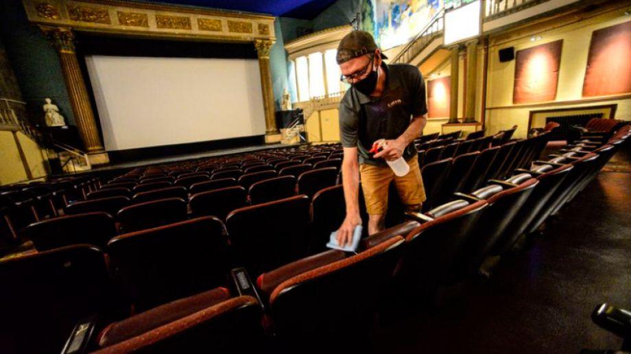 Uno de los gerentes del Latchis Theatre, encargándose de la desinfección de la sala para la fecha de reapertura. (Scott Krause/AP)