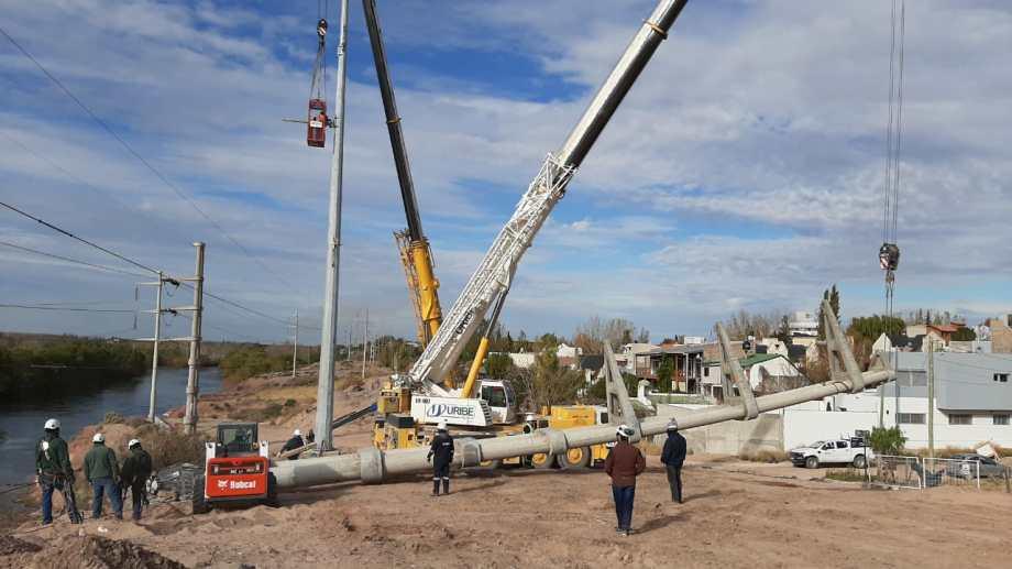 Dos grúas removieron la estructura de hormigón. Foto: Prensa EPEN.