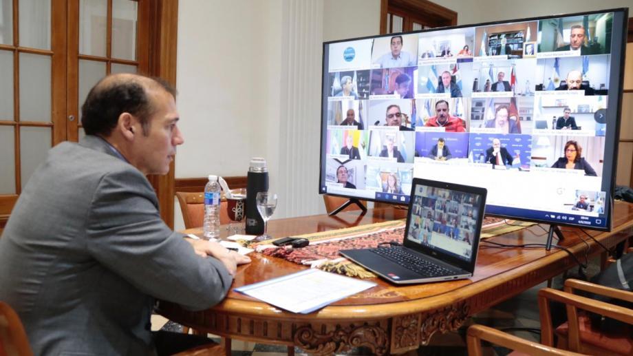 Gutiérrez en reunión con otros gobernadores y el presidente para definir las nuevas medidas de la cuarentena. (Gentileza).-