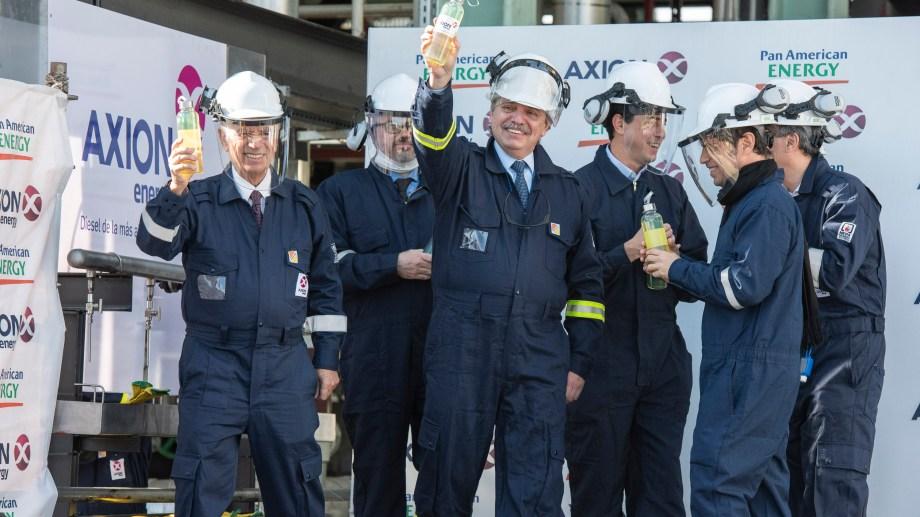 El presidente Alberto Fernández exhibe la primera botella del diesel premium elaborado en Argentina en la renovada refinería de Axion Energy.
