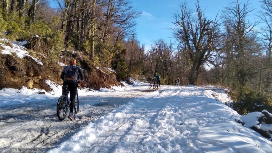 Ciclistas en la nieve, todo un desafío y entrenamiento en el camino de ascenso al cerro Otto.
