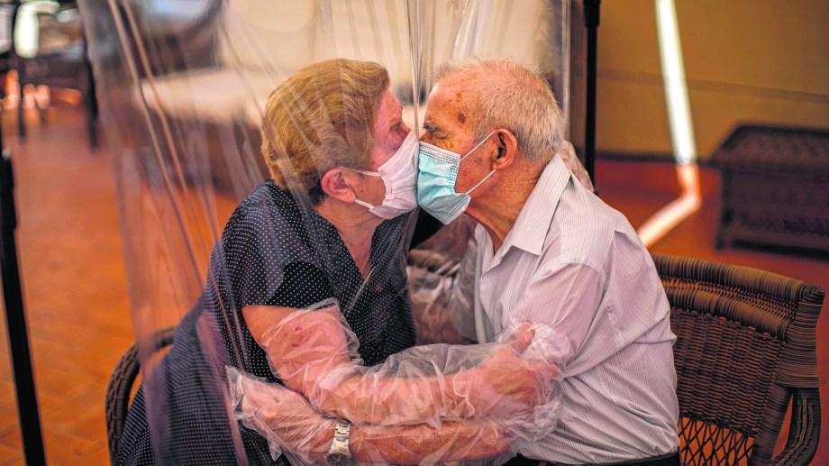 Agustina Cañamero y su marido Pascual Pérez: el beso del encuentro.