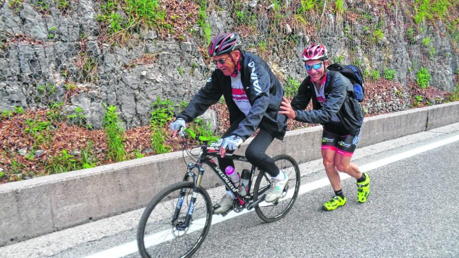 Roberto y Julio César Schwallier bromeando en la edición 100 del Giro de Italia, que acompañaron en bici en Los Alpes, otra aventura de un inolvidable viaje. Foto: Julio César Schwallier
