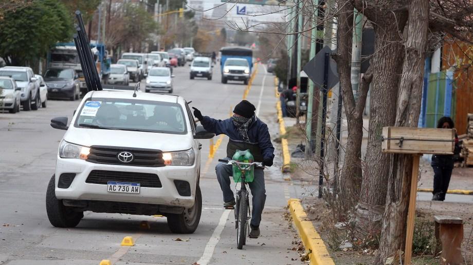 Señalizan las bicicalles para evitar estacionamientos e invasiones del carril exclusivo para bicicletas (foto Oscar Livera)