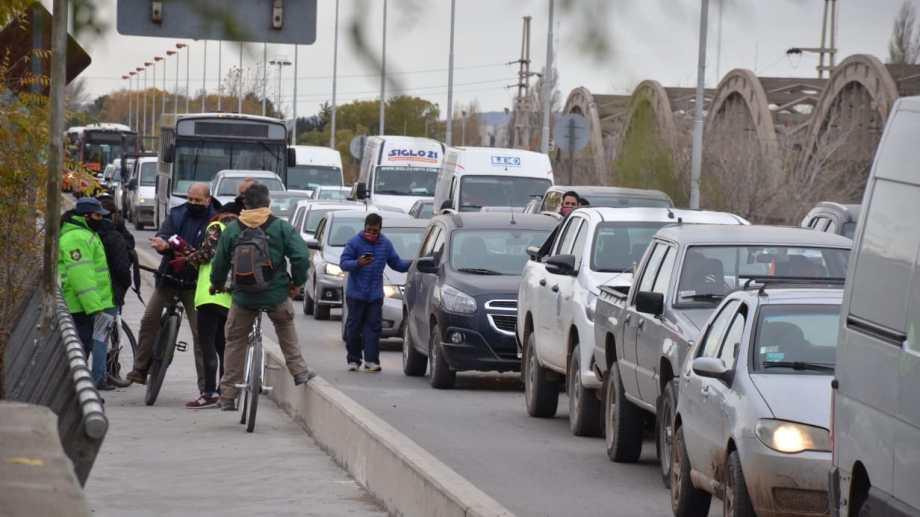El puente carretero de Neuquén y Cipolletti mantiene estrictos controles. Foto: Yamil Regules