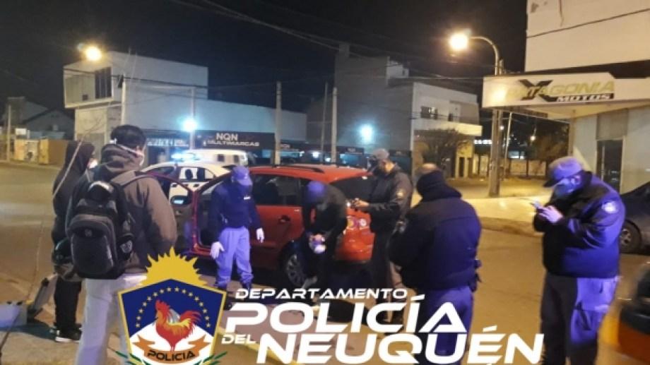 Abordo de un Volkswagen Suran rojo, un hombre y una mujer le tiraron gas pimienta a un conductor y le robaron el auto, en Neuquén. (Foto: Gentileza).