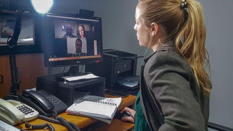 La videoconferencia de ayer, en la que se comunicaron a la intendenta las decisiones tomadas por el gobierno provincial.