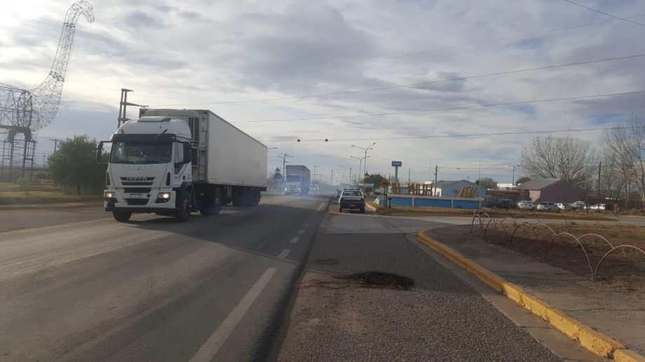 En Plaza Huincul se levantó el corte y pudieron pasar los camiones que esperaban sobre la Ruta 22.