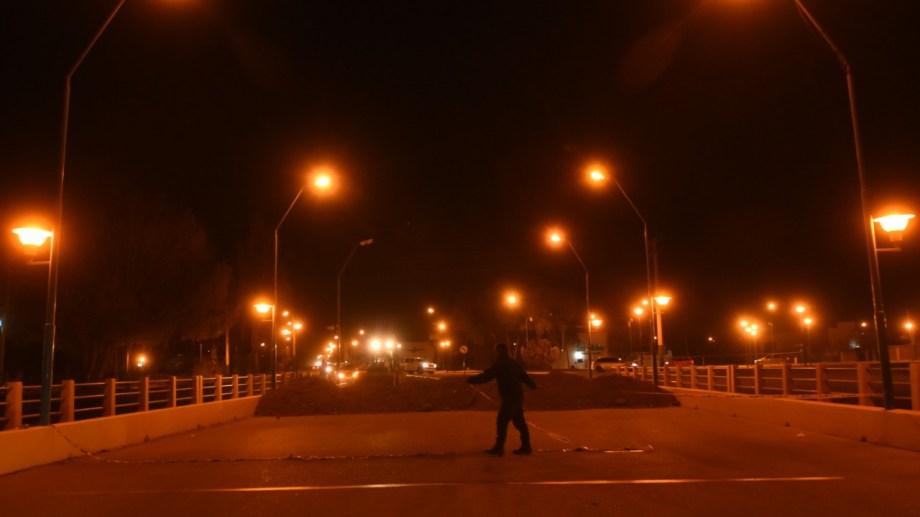 El bloqueo a seis puentes para restringir la circulación generó un rápido rechazo de vecinos roquenses.