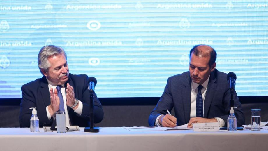 Omar Gutiérrez junto al presidente Alberto Fernández en la visita a Villa La Angostura. Foto: Gentileza.