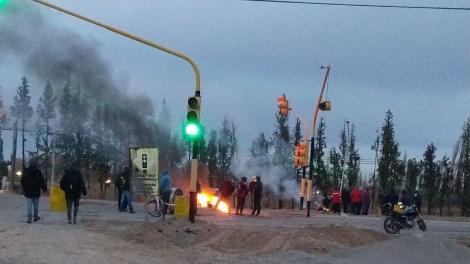 Los manifestantes se ubicaron a la altura de los semáforos de la salida hacia Plottier. (Gentileza).-