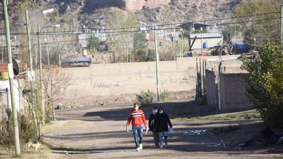 """Hoy el """"puerta a puerta"""" seguirá hasta las 18 rn Cuenca XV, barrios 7 de mayo, 2 de mayo, Peumayen y Z1. (PH Florencia Salto)"""