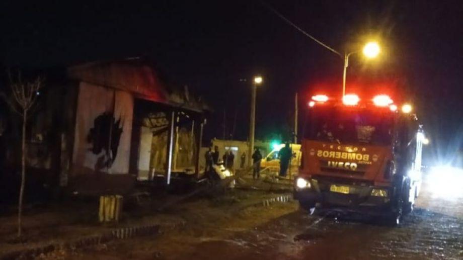 Un niño de 12 aos murió esta madrugada, durante un incendio en Valentina Norte Rural, en Neuquén. (Foto: Gentileza).