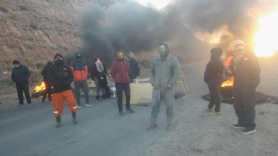 Vecinos de Valentina Norte Rural cortaron la Autovía Norte, en Neuquén. Exigen que se realice la obra del gas. (Foto: Gentileza).