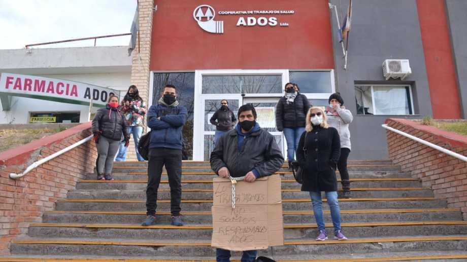 El enfermero Julio Villalba se encadenó para pedir que desinfecten el ADOS. (Yamil Regules).-