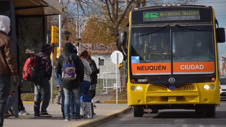 El transporte urbano de colectivos solo puede ser usado en la zona Confluencia por el personal esencial. Foto Archivo: Yamil Regules.