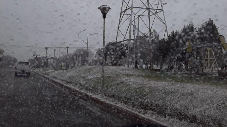 Hoy la nieve llegó al centro de la provincia. (Andrea Vázquez).-