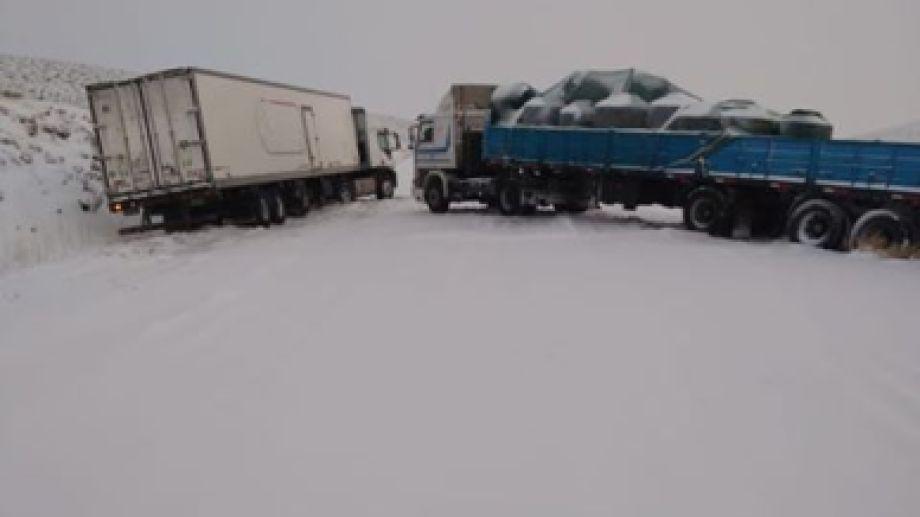 Los camiones varados comenzarán a circular hoy, con el acompañamiento de un operativo de tránsito. (Gentileza).-