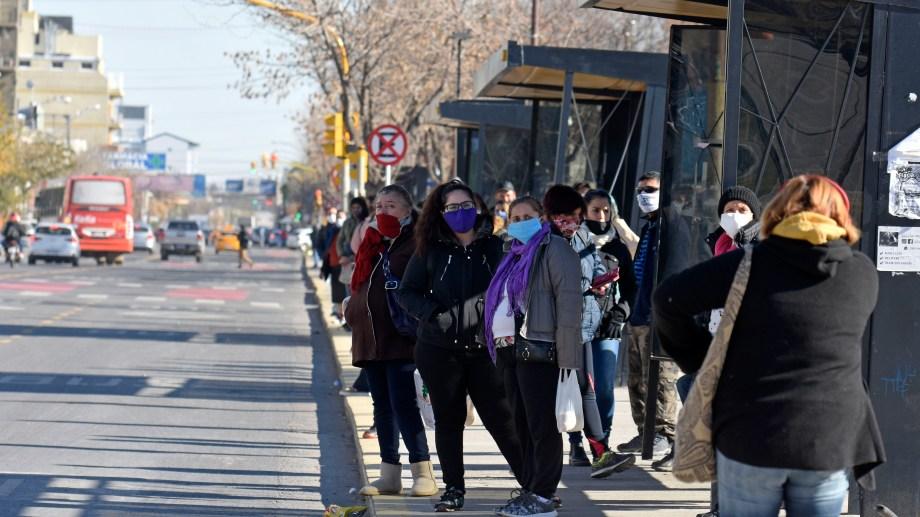Las paradas de los colectivos en Neuquén siguen mostrando un gran número de pasajeros. Foto: Florencia Salto