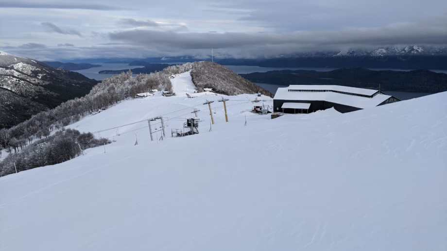 El cerro de Villa La Angostura está cubierto de blanco. Foto: Gentileza Cerro Bayo