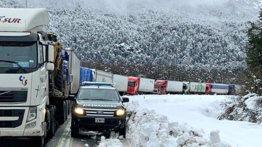 Los camiones varados en Neuquén fueron acompañados por fuerzas de seguridad, para seguir su camino. (Foto: Gentileza)
