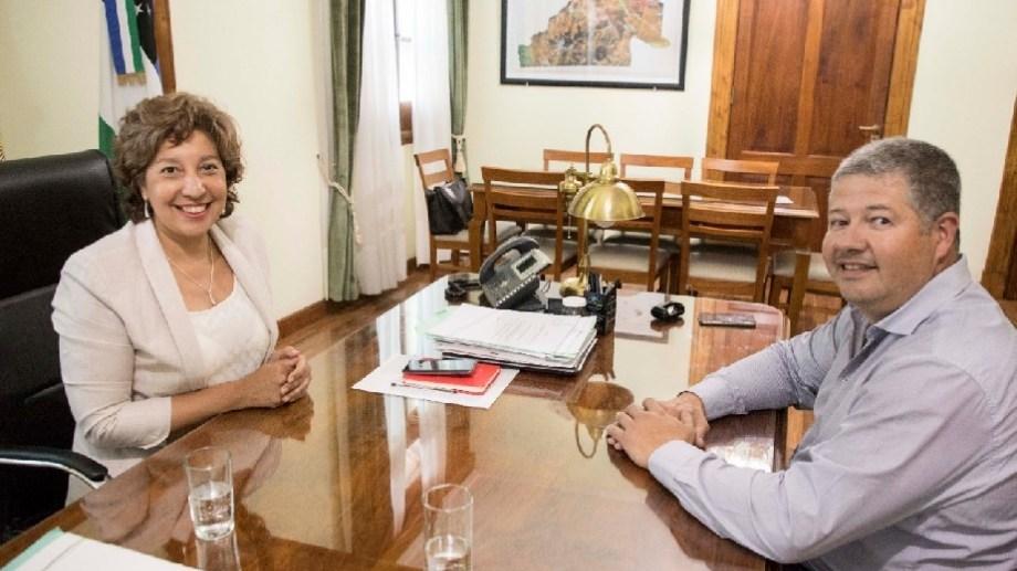 """La gobernadora Carreras y el ministro Vaisberg, con """"alivio financiero"""" por la deuda."""