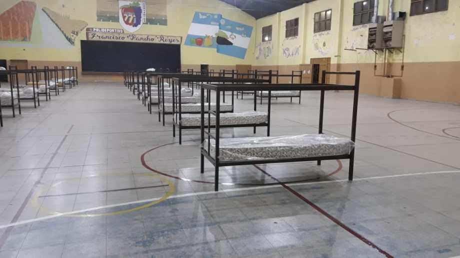 En las instalaciones municipales ya se habían armado camas cuchetas. (foto: gentileza)