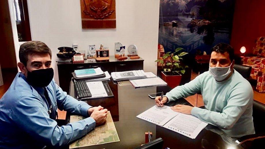 El intendente Carlos Koopmann firmó un convenio de colaboración con el jefe de Policía, Julio Peralta, para fortalecer los controles. Municipalidad de Zapala