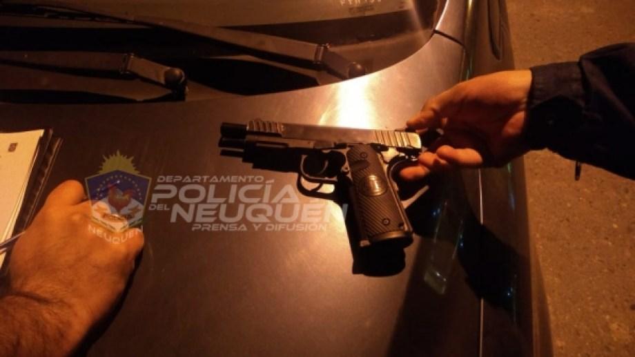 Dos hombres discutían con un arma en la mano, en plena calle en Neuquén, cuando fueron detenidos por la Policía. (Foto: Gentileza).
