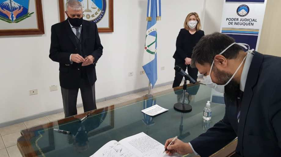 Juan Guaita firma el acta ante Massei y Gennari, esta mañana en el TSJ. (Gentileza)