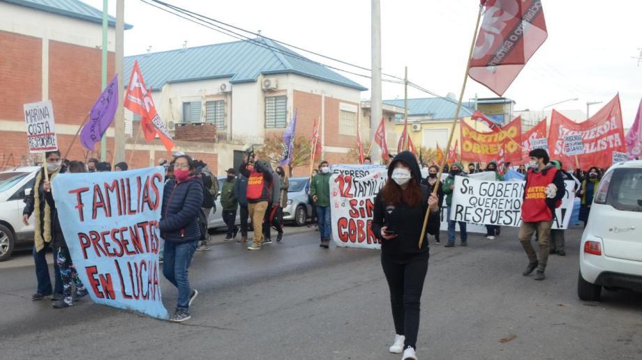La marcha fue por calle San Martín.  Partidos políticos de izquierda acompañaron la movilización. Foto: Yamil Regules.