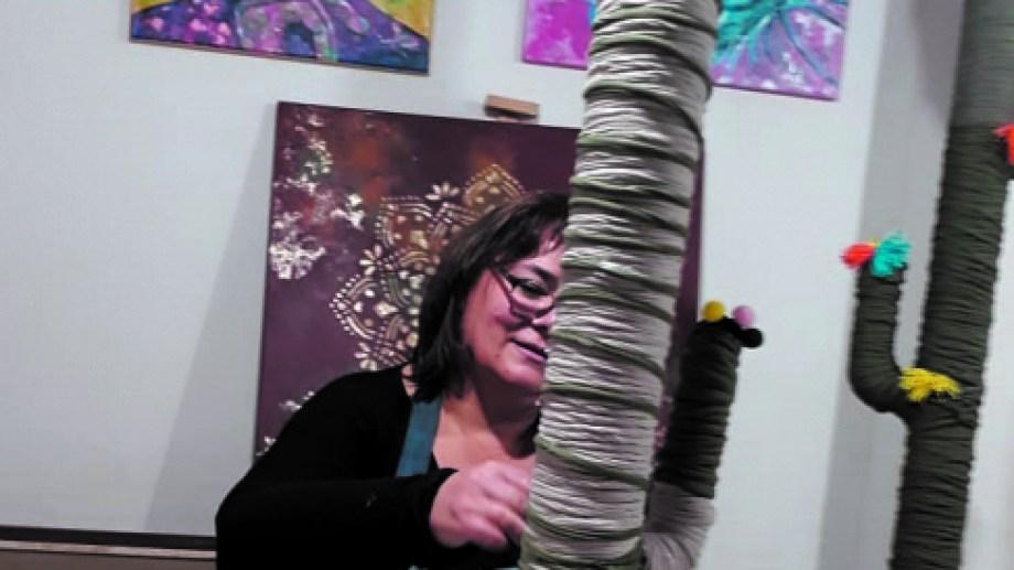 María Kleba, en su taller de arte, realiza, además, pinturas y artesanías artísticas decorativas en papel maché y reciclados.