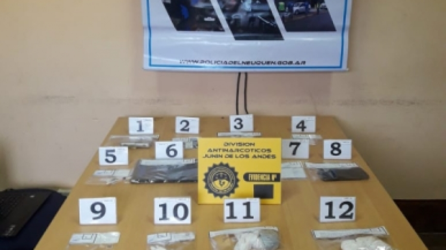 Ayer en un allanamiento la Policía de Neuquén secuestró varias dosis de cocaína y cigarrillos de marihuana en San Martín de los Andes. (Foto: Gentileza).
