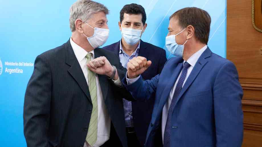 Sergio Ziliotto gobernador de La Pampa y Gustavo Suárez, de Mendoza, se saludan frente a Eduardo de Pedro ministro del Interior. Foto Miniterio del Interior